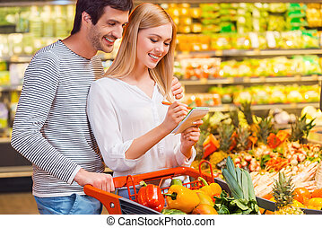 eldöntés, egyetlen, egészséges, táplálék., boldog, young párosít, kötés, fordíts, egymást, és, mosolygós, időz, bevásárlás, alatt, egy, táplálék készlet