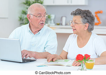 elderly kopplar ihop, användande dator