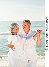 elderly kopplar ihop, dansande, strand