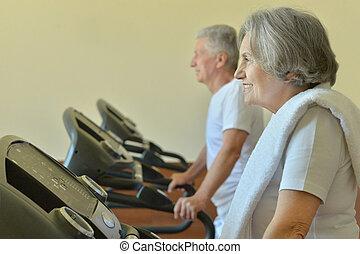 elderly kopplar ihop, exercerande, in, gymnastiksal