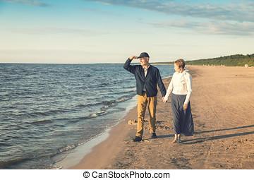 elderly kopplar ihop, ha, romantisk, gå, stranden, hos, solnedgång