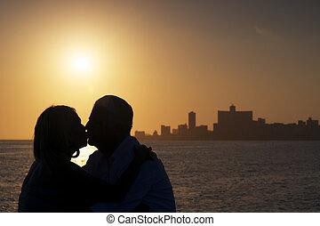 elderly kopplar ihop, i kärlek, smekmånad, med, gammal man, och, kvinna, kyssande, nära, den, hav, hos, solnedgång, in, la habana, cuba., silhuett, av, par, och, horisont, av, staden