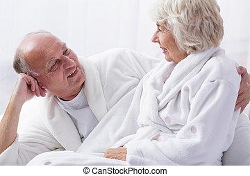 elderly kopplar ihop, in blomsterbädd