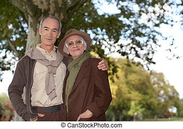 elderly kopplar ihop, in, den, skog