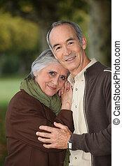 elderly kopplar ihop, intagande en promenad