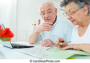 elderly kopplar ihop, kartläggande, den, väg