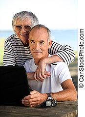 elderly kopplar ihop, med, a, dator