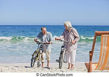 elderly kopplar ihop, med, deras, cyklar, på
