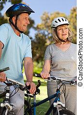 elderly kopplar ihop, med, deras, cyklar