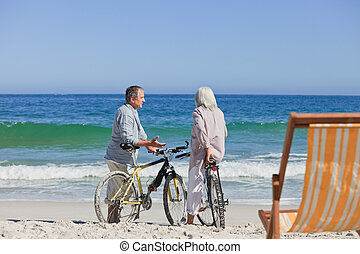 elderly kopplar ihop, med, deras, cyklar, stranden