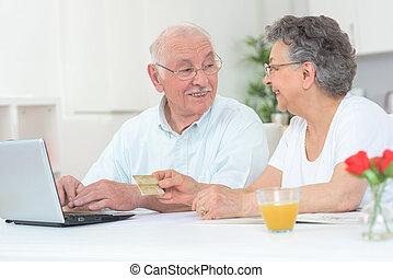 elderly kopplar ihop, med, laptop