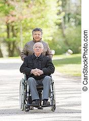 elderly kopplar ihop, på, a, gå