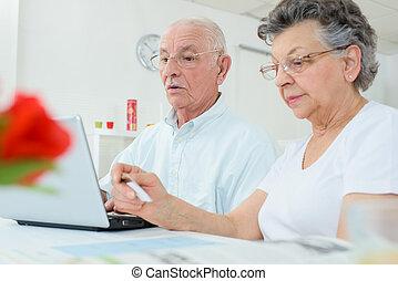 elderly kopplar ihop, på, dator, fru, holdingen, kreditkort