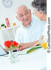 elderly kopplar ihop, på, den, laptop