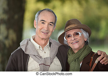 elderly kopplar ihop, på, en, höstlig, gå