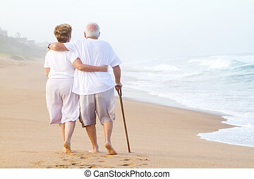 elderly kopplar ihop, strosa, på, strand