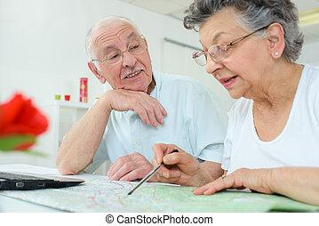 elderly kopplar ihop, tittande vid, karta