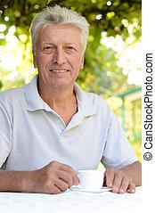 Elderly man in a summer park