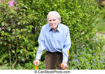 elderly mand, bruge, underarm, det crutches, til gå