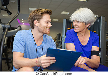 elderly woman talking with the trainer