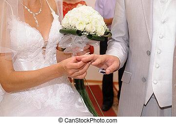 ele, ponha, a, anel casamento, ligado, dela