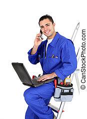 electricista, con, un, teléfono, y, computador portatil