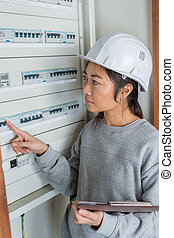 electricista, constructor, ingeniero, trabajador, delante de, fusible, interruptor, tabla