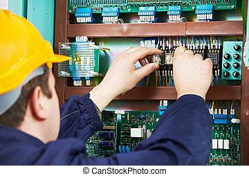 electricista, en, seguridad, fusible, dispositivo, reemplazar, trabajo