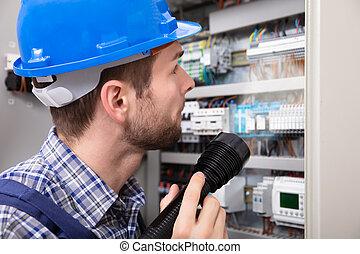 electricista, examinar, un, cajade fusibles
