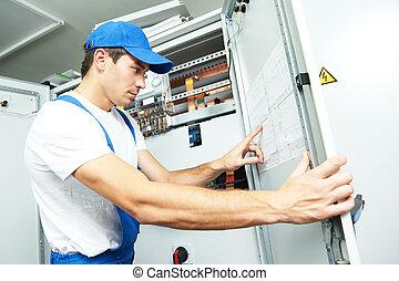 electricista, ingeniero, inspector, delante de, fuseboard