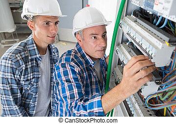 electricista, ingeniero, trabajadores, delante de, fusible, interruptor, tabla