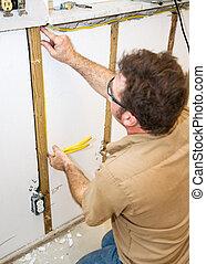 electricista, installs, cableado, en, pared