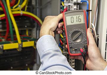 electricista, medición, voltaje, en, fusible, tabla, close-up., macho, técnico, examinar, fusebox, con, multímetro, probe., electricista, verificar, voltaje, en, distribución, panel.