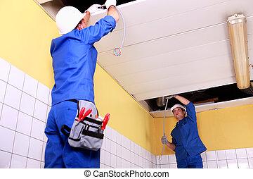 electricista, techo, paneles, inspección, dos