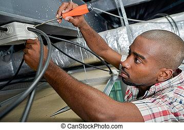 Posici n techo alambres electricista trabajando for Trabajo de electricista en malaga