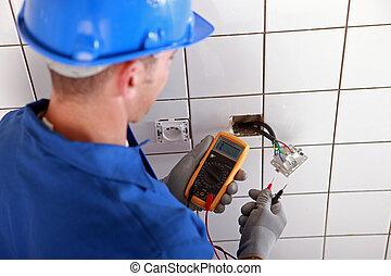 electricista, verificar, el, cableado, de, un, zócalo de pared