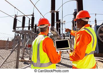 electricistas, computador portatil, señalar