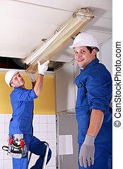 electricistas, instalación, luces de neón, en, el, techo