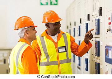 electricistas, trabajando, en control, habitación