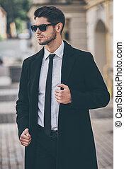 elegáns, és, handsome., jelentékeny, fiatal, well-dressed, ember, alatt, napszemüveg, szabályozó, övé, bőr, és, külső, időz, álló, szabadban