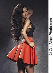 elegáns, fiatal, barna nő, érzéki, nő, feltevő, alatt, finom, piros, dress., hosszú, göndör, hair.