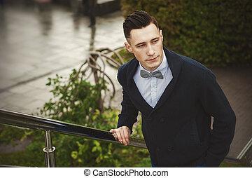elegáns, külső, fiatalember
