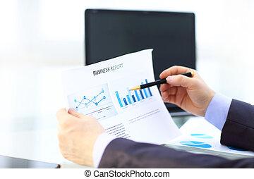 elegancki, analizując, dane, biuro, biznesmen
