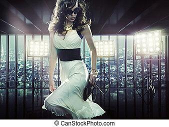 elegancki, kobieta, podczas, fotografia, sesja