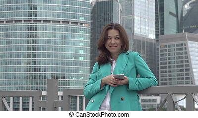 elegancki, kobieta, z, smartphone, aparat fotograficzny przeglądnięcia