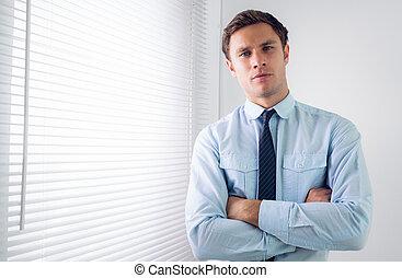 elegancki, krzyżowany herb, biuro, biznesmen