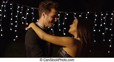 elegancki, młoda para taniec, w nocy