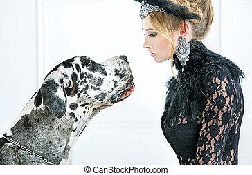 elegant, frau, junger, starren, hund