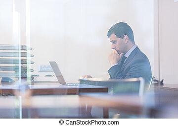elegant, geschäftsmann, analysieren, daten, in, modern, büro.
