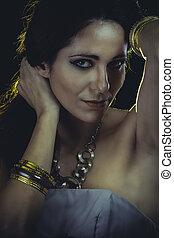 elegant, kvinna, med, gyllene, lätt, guld, och, silver, smycken